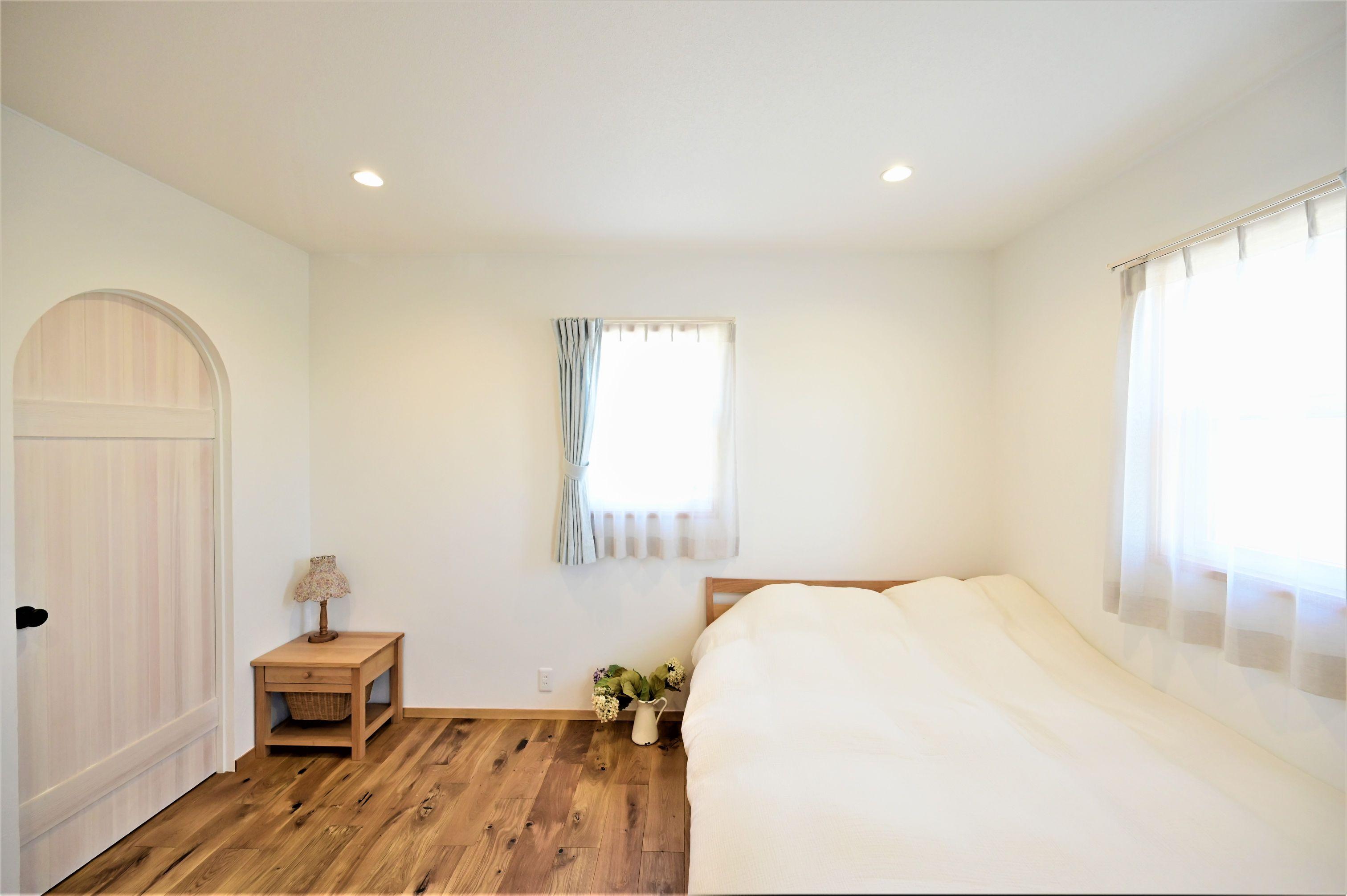 サンエフホーム【デザイン住宅、収納力、自然素材】寝室からWICに繋がるアーチ扉はこだわりの一品