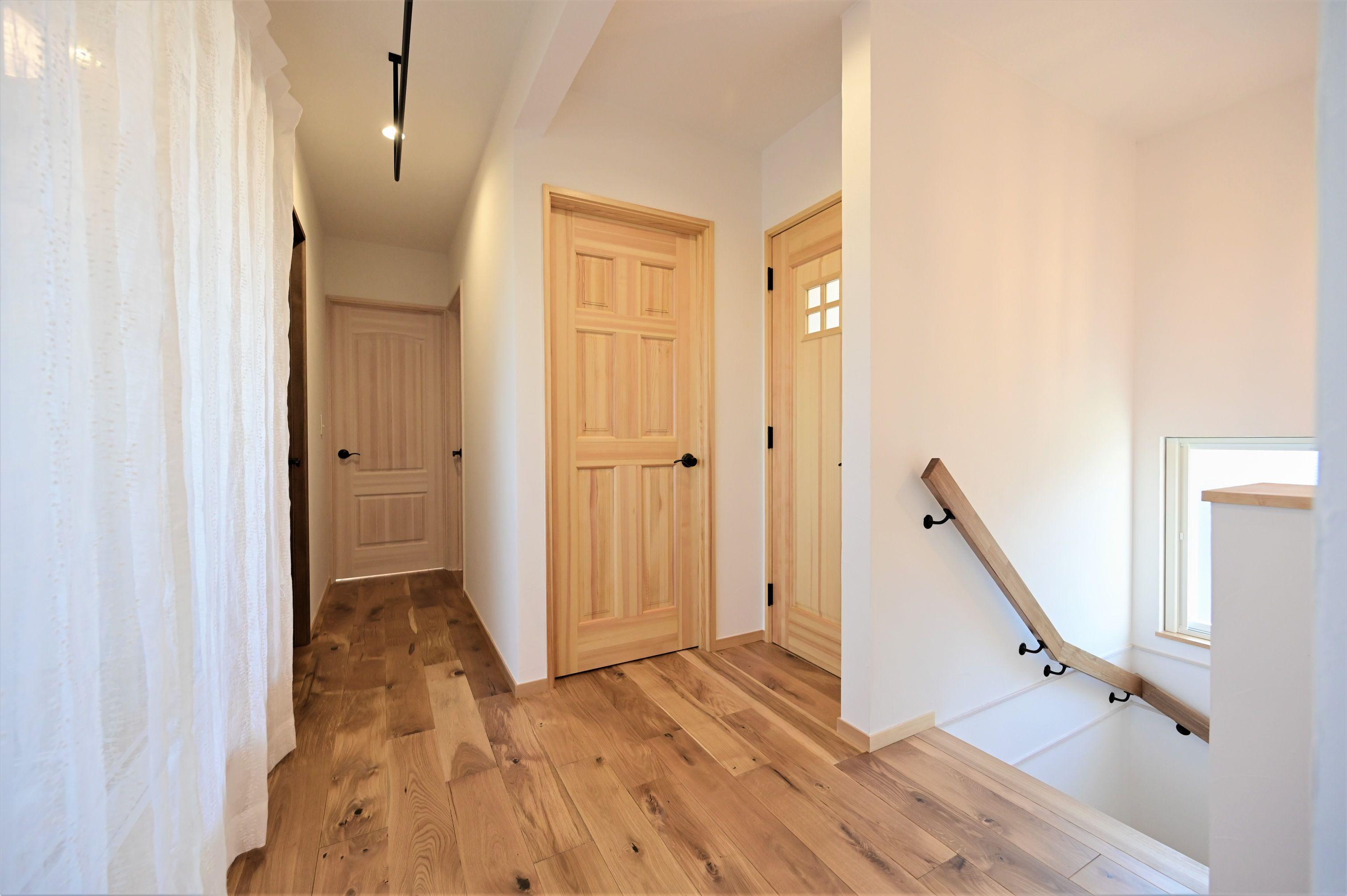 サンエフホーム【デザイン住宅、収納力、自然素材】各部屋の扉はデザインの違う物をオーダーメイド