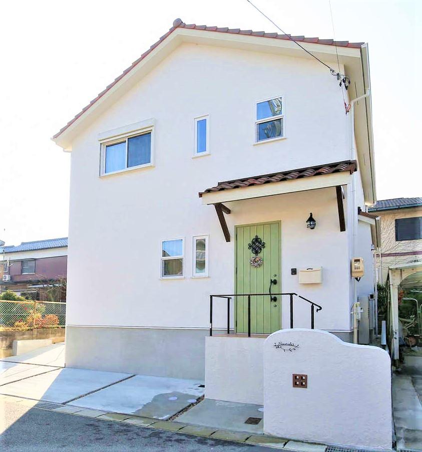 サンエフホーム【デザイン住宅、輸入住宅、自然素材】漆喰+洋瓦を使った外観。庇は雨除けとしてだけでなく、見た目のアクセントにもなっている