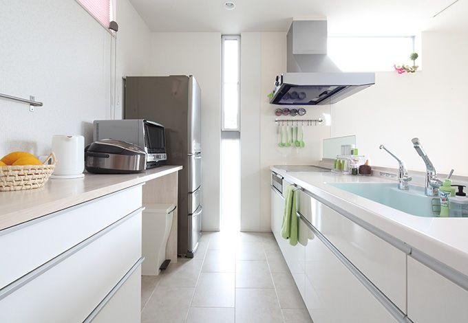 キッチンのカウンターは料理がしやすいよ う、収納をなるべく多く作ってもらった。二人 並んでも十分なスペースだ