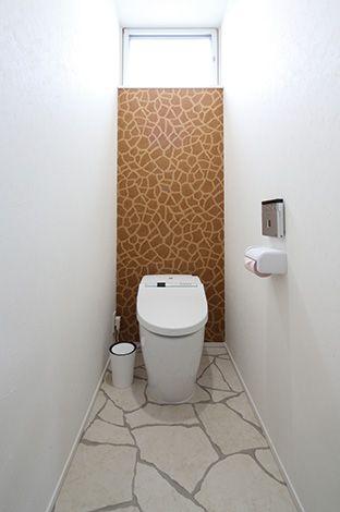 床と壁がキリンを思わせ る1 階のトイレは夫婦しか使わない動線のた め、遊び心をたっぷりと加えた