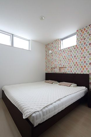1 階の寝室は天井高の窓なので、1 階でも明るく人目 を気にせず過ごせる