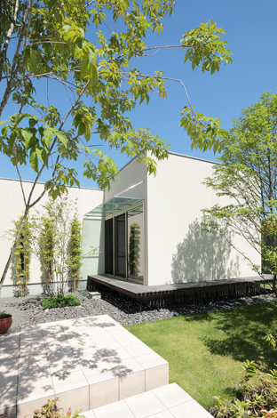 久保田建設【デザイン住宅、趣味、間取り】建物に映る樹木の影もデザインの一部。時間とともに変化する形に味わいが