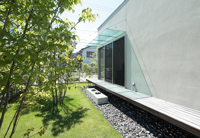 久保田建設【デザイン住宅、趣味、間取り】リビングをぐるりと囲む木製デッキは、くつろぎのベンチにも、靴脱ぎ石の目隠し役にも