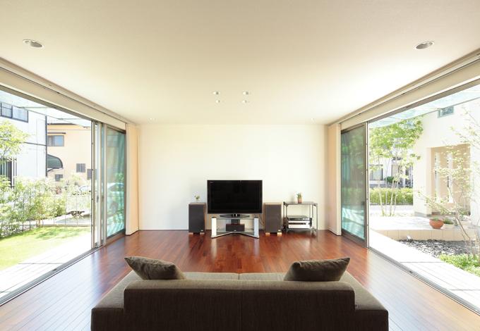 久保田建設【デザイン住宅、趣味、間取り】シンメトリーの大開口から感じる光と風。BGMを聴きながら、リビングでくつろぐ時間が増えたそう