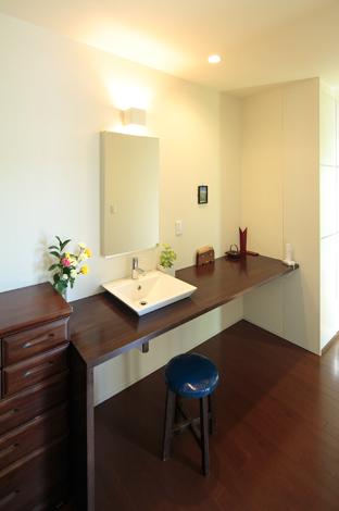 久保田建設【デザイン住宅、趣味、間取り】扉や床と色を合わせ、シックな雰囲気でシンプルにまとめた洗面