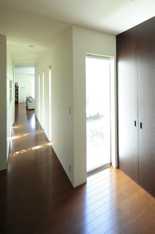 久保田建設【デザイン住宅、趣味、間取り】収納扉はすべてオリジナル。天井までの高さを確保し、一見収納とは分からないデザインに大満足