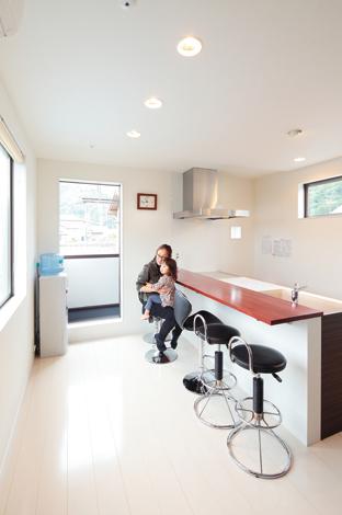 久保田建設【1000万円台、収納力、狭小住宅】白の幅広フローリングで空間にゆとりが感じられる。造作カウンターは折りたたみも可能