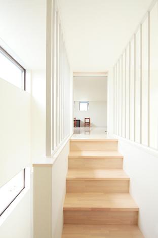 久保田建設【1000万円台、収納力、狭小住宅】リビングからロフトへ、スキップのフロアをつなぐブリッジ
