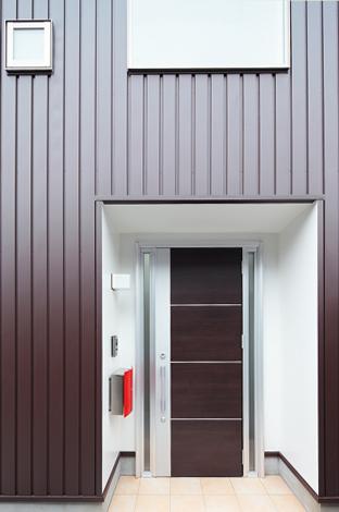 久保田建設【1000万円台、収納力、狭小住宅】白と濃いブラウンがメインカラーのS邸。赤のメールボックスが映える