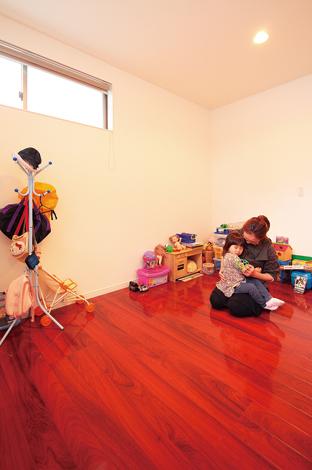 久保田建設【1000万円台、収納力、狭小住宅】寝室の床は赤茶のカリン色でシックに。キッチンカウンターと統一