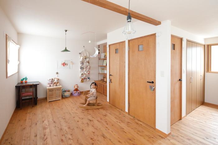 瀧建設 一級建築士事務所【子育て、収納力、自然素材】2階フロアは家族構成の変化に合わせて3部屋に分割可能に。夫婦の寝室に予定しているスペースには棚を造作