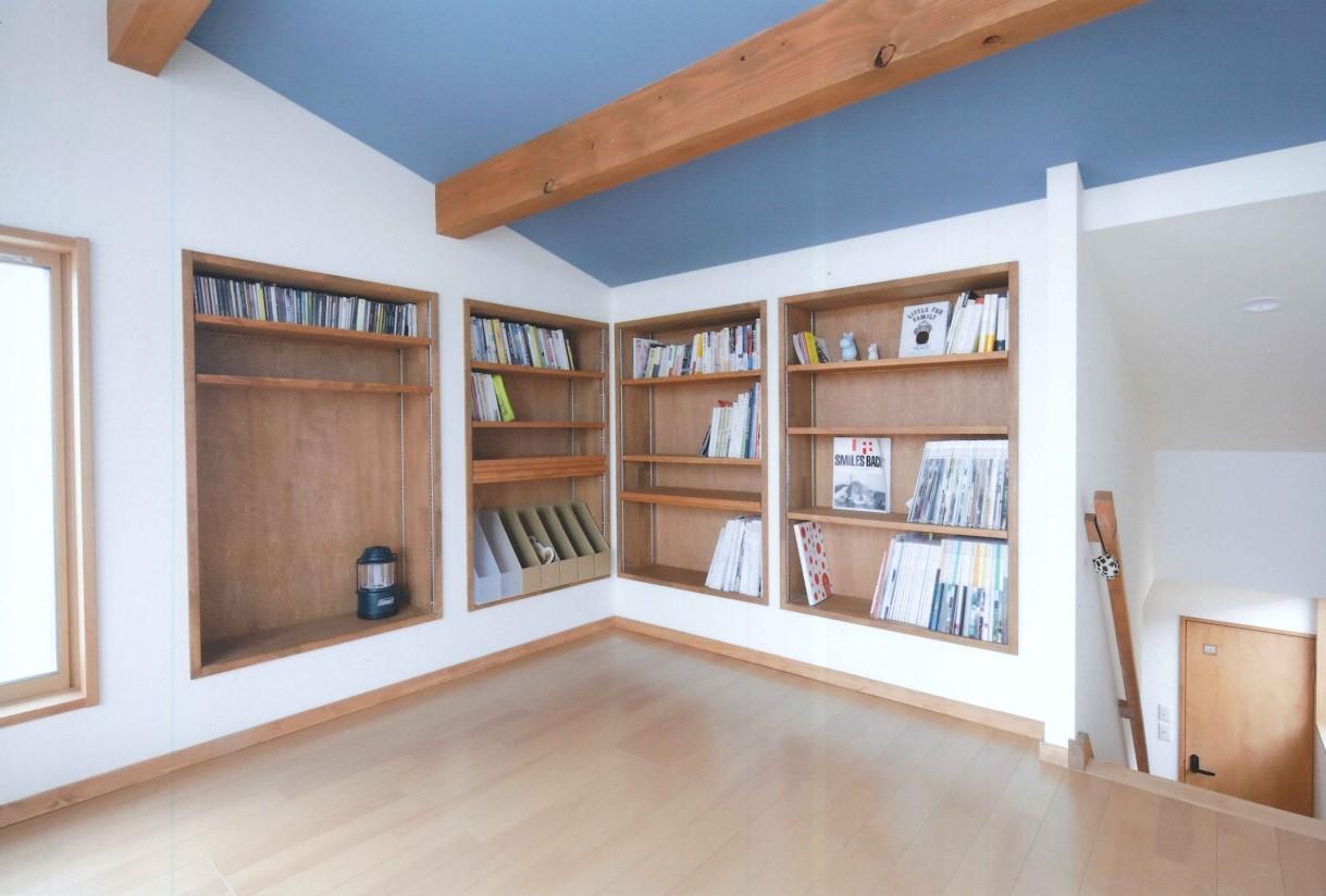 瀧建設 一級建築士事務所【子育て、収納力、自然素材】ロフトには壁に造作本棚を埋め込み。天井にアクセントカラーのブルーを採用