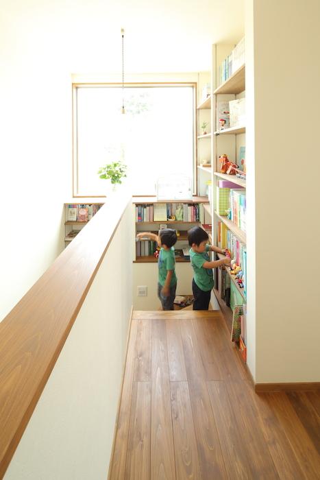 瀧建設 一級建築士事務所【デザイン住宅、収納力、間取り】瀧社長のスケッチを忠実に再現した階段回りの本棚は、家族のコミュニケーションを育むお気に入りの場所。物語とともに、大きなFIX窓から見える風景も子どもたちの心に刻まれていく