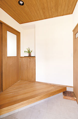 瀧建設 一級建築士事務所【デザイン住宅、収納力、間取り】玄関を入って、右側の引き戸を開けると家族専用のシューズクローク。リビングドア横の収納棚はスリッパ入れ
