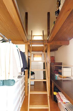 瀧建設 一級建築士事務所【デザイン住宅、収納力、間取り】ウォークインクローゼットは杉の足場板を利用したことで、ロフトのような空間が生まれ、収納力も倍増。スケッチから容易にイメージできたので、「これ、 いいですね!」と即決