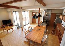 瀧建設 一級建築士事務所【デザイン住宅、狭小住宅、建築家】ダイニングテーブルは、キッチンに横付けに配置した