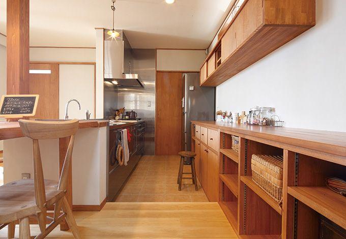 瀧建設 一級建築士事務所【デザイン住宅、狭小住宅、建築家】ダイニングテーブルと高さを揃えるため、フロアを一段下げたキッチン