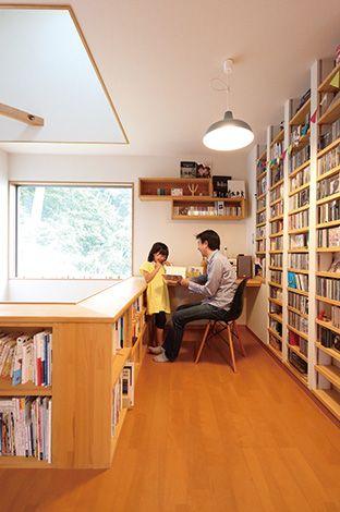 瀧建設 一級建築士事務所【デザイン住宅、狭小住宅、建築家】音楽好きのご主人のCDが収納できる、専用シェルフを造作で。 カウンターデスクも設え、ちょっとした書斎スペースに