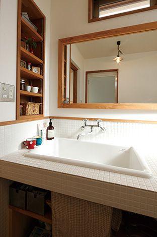 瀧建設 一級建築士事務所【デザイン住宅、狭小住宅、建築家】清潔感とレトロ感がある、白いモザイクタイルの洗面
