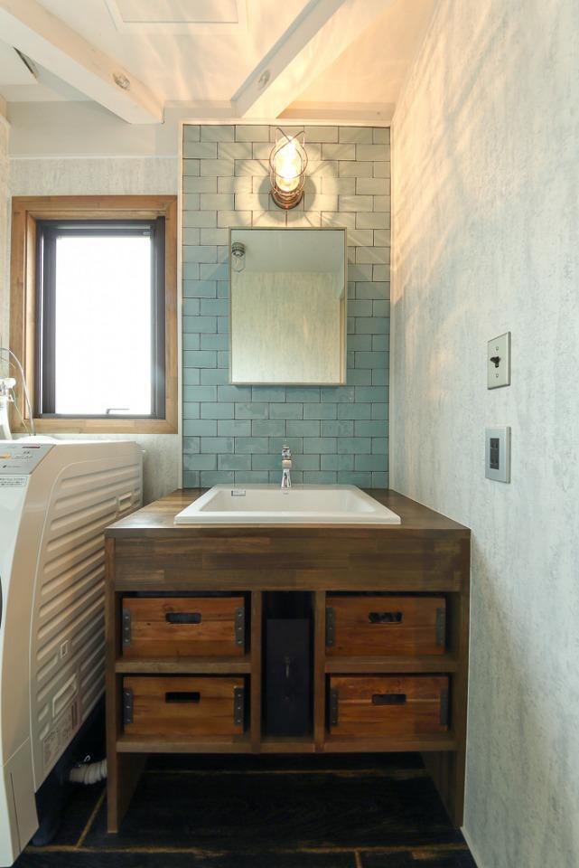洗面台は、好みのタイルやボール、収納ケースに合うよう造作で。コンパクトながら使い勝手は抜群