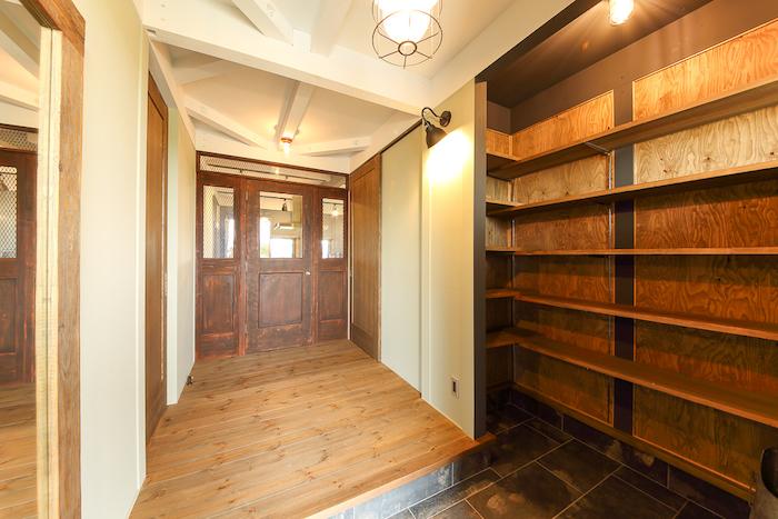 BinO静岡 長田建設【デザイン住宅、平屋、1000万円台】たっぷりの土間収納。リビングにつながるドアは、営業さんと一緒に買い付けに行ったアメリカのヴィンテージドア