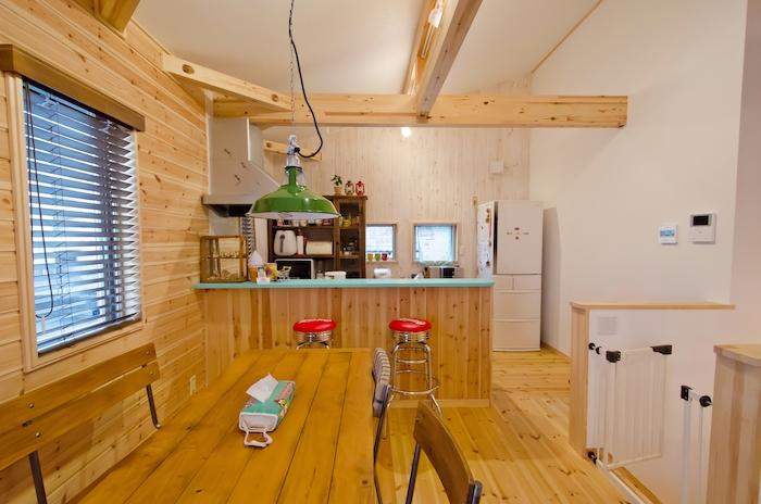 BinO静岡 長田建設【スキップフロア、ガレージ、1000万円台】キッチンの壁は白いペンキを塗りヤスリで削って、ヴィンテージ加工を。エメラルドのカウンターが映える