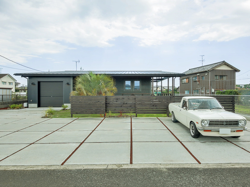 BinO静岡 長田建設【デザイン住宅、平屋、1000万円台】シックな色使いの平屋かもちろんのこと、そのインパクトに負けない広々とした外構も印象的