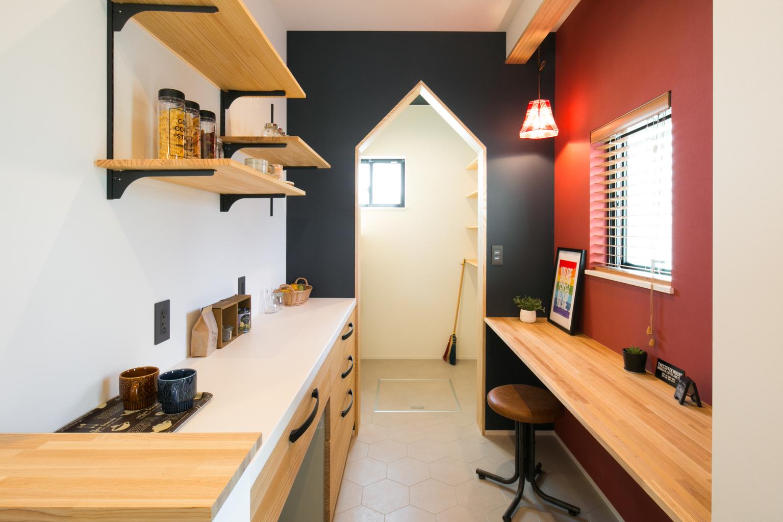 F.Bird HOUSE(袴田工務店)【子育て、間取り、インテリア】リビングからも見えるパントリーの入り口はかわいらしい家の形に。食材や季節ものの食器、古新聞などたっぷり収納できる