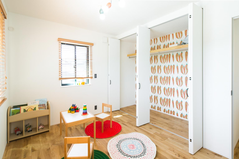 F.Bird HOUSE(袴田工務店)【子育て、間取り、インテリア】明るい光が差し込む2階の子供部屋。クローゼットを開けると思いっきりポップな壁クロスが楽しい