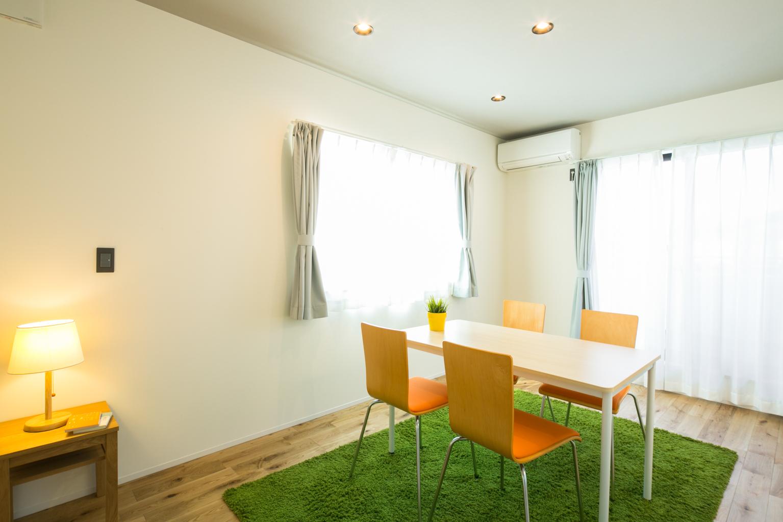 F.Bird HOUSE(袴田工務店)【子育て、間取り、インテリア】天井だけをグレーのクロスにした主寝室は落ち着いた大人の空間。ウォークインクローゼットには布団の置き場もあり十分な収納量だ