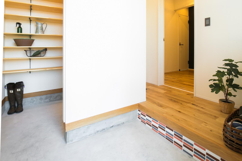 F.Bird HOUSE(袴田工務店)【子育て、間取り、インテリア】玄関横の土間収納にはナノイー発生機がついており、靴やスポーツ用品のニオイも気にならない。コンクリートのたたきに上がり框のモザイクタイルがおしゃれ