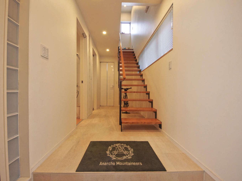 イセキ建設【静岡市葵区唐瀬3丁目4-4・モデルハウス】白で統一された玄関ホール。木とスチールのスケルトン階段が空間のポイントに