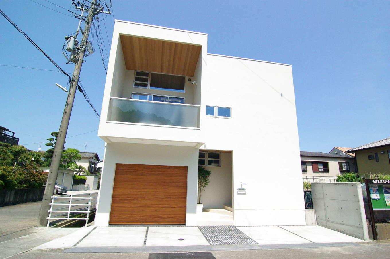 イセキ建設【静岡市葵区唐瀬3丁目4-4・モデルハウス】スクエアなフォルムがシンボリックな外観。白と木のコントラストはデザイン性を高めつつ、住む人の温かみも感じさせる