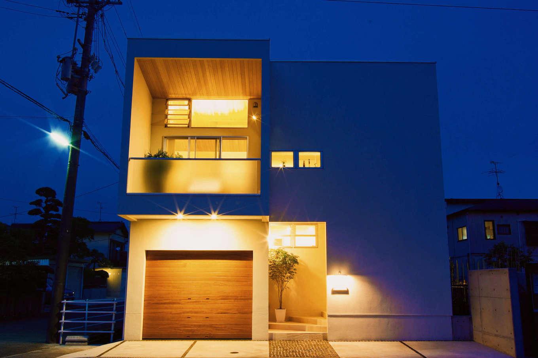 イセキ建設【静岡市葵区唐瀬3丁目4-4・モデルハウス】日が落ちる頃。室内から漏れ出る明かりと照明が織りなす陰影で、意匠性の高さが一層際立つ