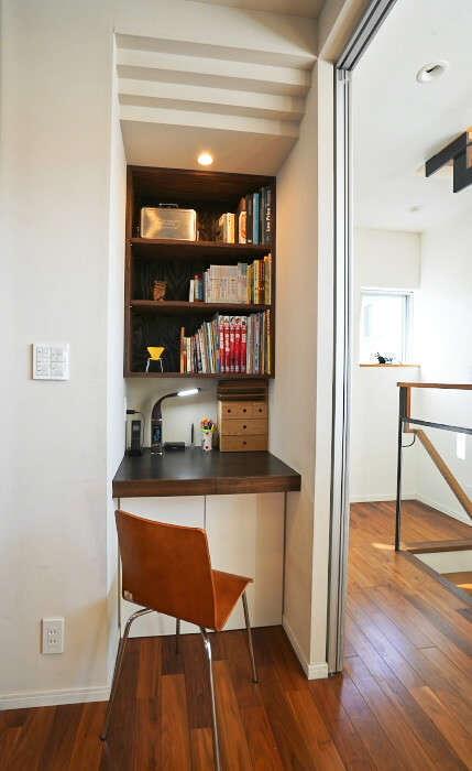 イセキ建設【静岡市葵区唐瀬3丁目4-4・モデルハウス】壁厚を利用して造作したワークスペース。デスク板や収納棚は床色に合わせてコーディネート。必要に応じて配線や収納量まで調節できるのは、造作ならでは