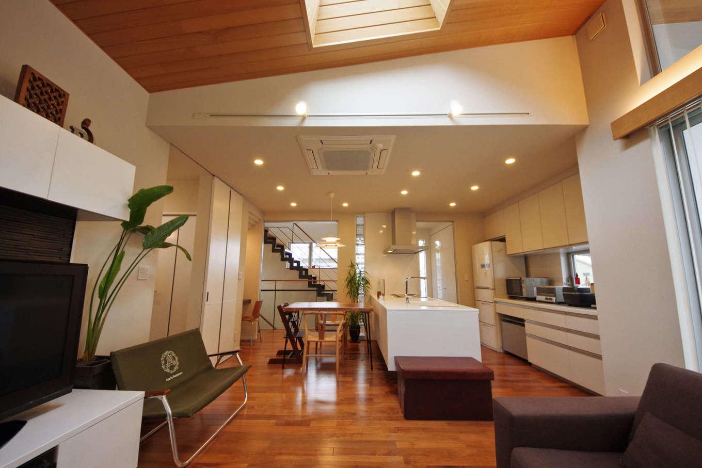 イセキ建設【静岡市葵区唐瀬3丁目4-4・モデルハウス】LDKと階段ホールはクリアな建具で間仕切りされ、階段ホールに差し込む自然光をLDKにも導き入れる。間仕切りを開け閉めすれば、空調も効率的に調節できる