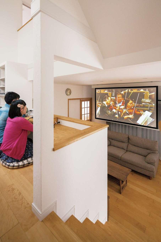 上から見下ろすミニシアターは、天井と観覧席のカウンターの間にスクリーンがピタリとはまり、まさに劇場感覚。週末は二人で DVDを楽しむ