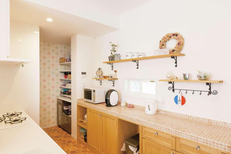キッチンの奥には取り出しが楽な収納スペース