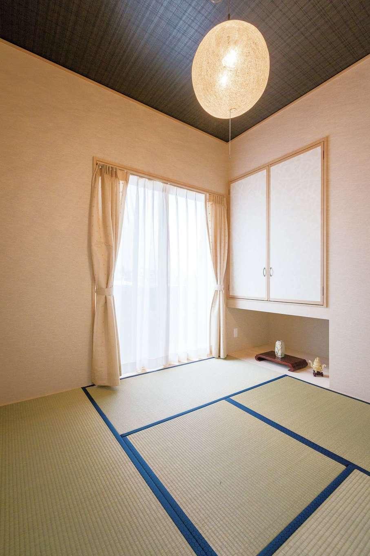おじいちゃんが遊びに来た時にくつろげるようにと用意した純和室。天井の色が部屋全体を落ち着いた雰囲気に
