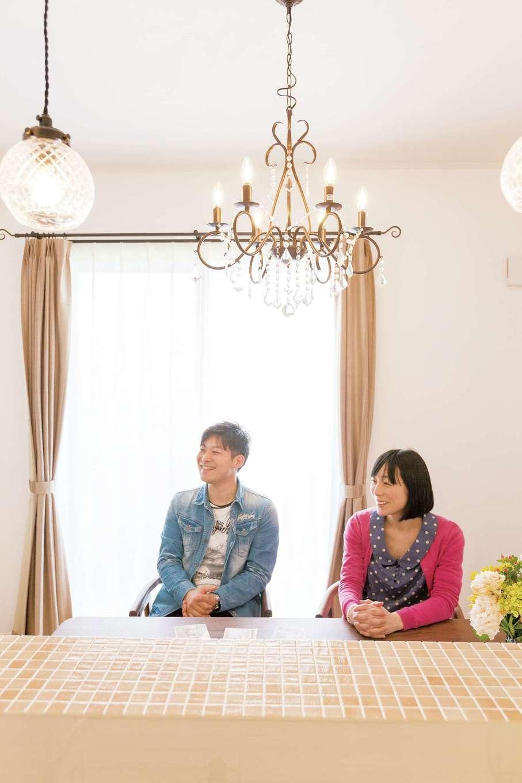 奥さまが一目ぼれしたテーブルも『ハートホーム』の紹介。二人で並んで食事をする配置に変えて空間の印象も変化したという
