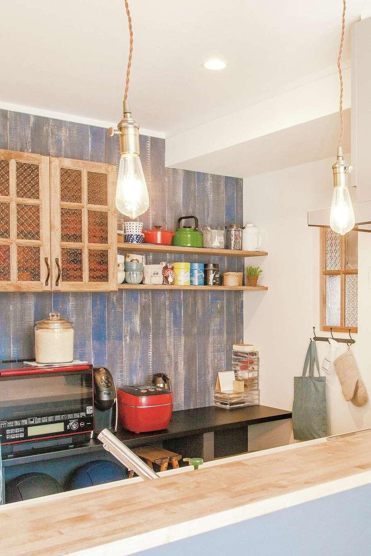 ハートホーム【子育て、輸入住宅、二世帯住宅】機能性と好みのテイストが融合したキッチンは、奥さまがほっとできる場所。造作のカップボードはガラスや取っ手まで吟味。分離させたパントリーがスッキリに貢献