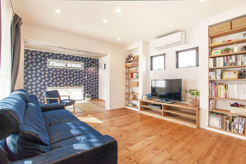 ハートホーム【子育て、輸入住宅、二世帯住宅】造作の収納棚はフレームの色まで提案があった。和室の壁紙も選んで正解