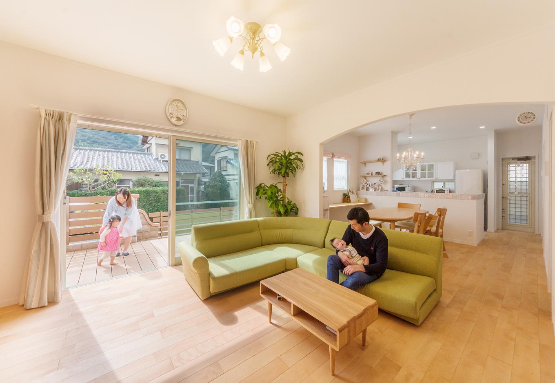 ハートホーム【デザイン住宅、子育て、輸入住宅】南側にウッドデッキ、写真右手の北側に和室を配することによりリビングに奥行きをプラス。アール壁の効果でより広さを感じられる