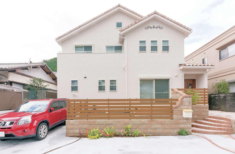 ハートホーム【デザイン住宅、子育て、輸入住宅】ポイントにシックなピンクを使用して住宅街に映える大人かわいい外観に