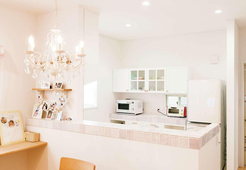 ハートホーム【デザイン住宅、子育て、輸入住宅】対面式キッチンにはピンク色のタイルを使用。インテリアの基調になった