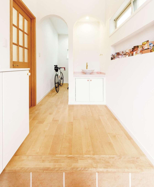 ハートホーム【デザイン住宅、子育て、輸入住宅】ナチュラルな雰囲気の玄関には造作の洗面が設けられ機能的に