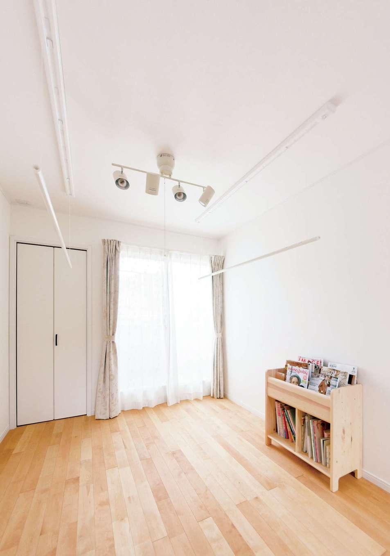 ハートホーム【デザイン住宅、子育て、輸入住宅】2階の階段ホールは洗濯や遊び場として大活躍。将来は子ども部屋にも