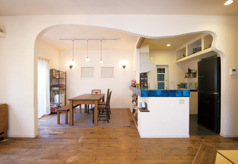 ハートホーム【デザイン住宅、輸入住宅、インテリア】不規則な曲線が空間の印象をやわらかなものに。床はカバザクラの自然塗料仕上げ、壁は珪藻土。年々味わいが深まっている