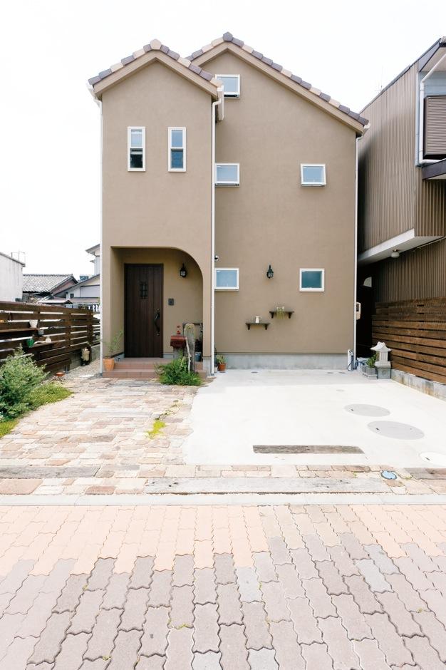 ハートホーム【デザイン住宅、輸入住宅、インテリア】屋根の角度、軒の長さ、窓の配置、ポーチの丸みと細部まで打ち合わせを重ねた。コストに配慮し、見える面のみを塗り壁に